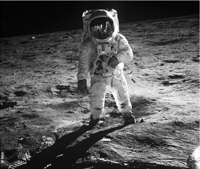 L'astronaute Edwin Aldrin marche à la surface de la Lune, lors de la mission Apollo 11.  Le premier pas de l'homme sur la Lune et le retour des échantillons lunaires ont été le point de départ de l'exobiologie et des études systématiques dans ce domaine.