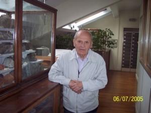 Gaston Berthier devant les collections géologiques du Muséum en 2005
