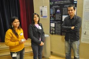 Trois jeunes chercheurs en exobiologie discutants de leurs recherches au cours des rencontres EJC 2013.
