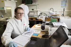 Préparation des échantillons de l'expérience PSS au LISA - Crédit photos : UPEC / Nicolas Darphin