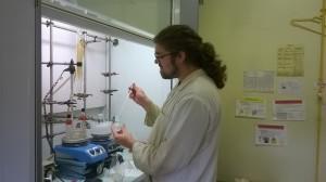 Damien préparant une réaction d'élongation peptidique dans la joie et la bonne humeur!