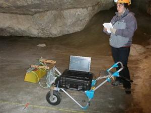 Manipulations avec le prototype du radar WISDOM pendant une campagne de mesures dans les grottes de Dachstein en Autriche.