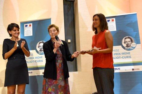 Figure 1 : Remise de remise du prix Irène Joliot-Curie, Collège de France, 14 septembre 2016. Hélène Langevin-Joliot, docteure en physique nucléaire fondamentale et fille d'Irène Joliot-Curie, remet le prix à Nathalie Carrasco, en présence de Najat Vallaut-Belkacem.