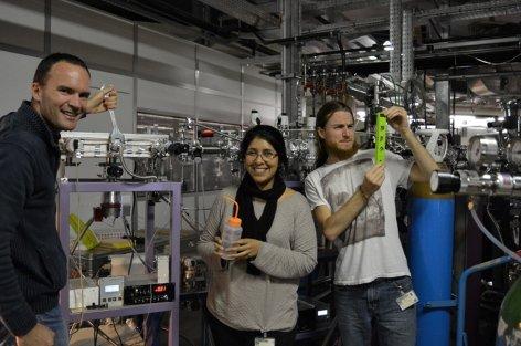 Figure 2 : Expériences de simulation de la haute atmosphère de Titan menées au synchrotron SOLEIL avec le réacteur photochimique APSIS : Ludovic Vettier, Lisseth Gavilan, David Dubois.